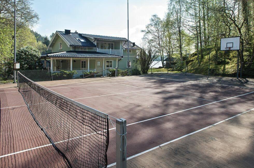Har du 27 miljoner över kan du slå till på en privat ö med tre villor och tennisbana