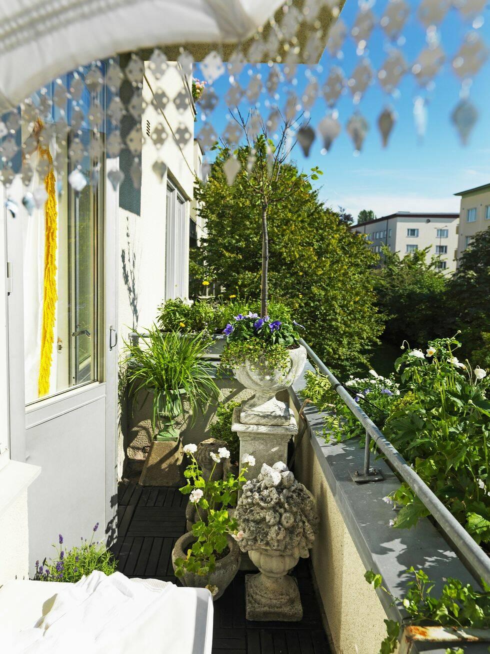 Så här inreder du även den minsta balkong som en slottsträdgård