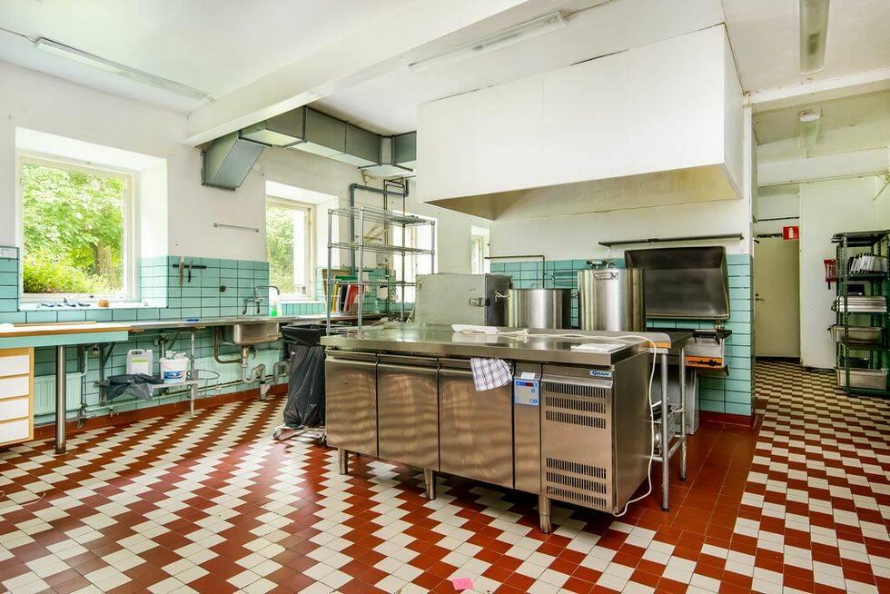 Här kan du köpa 40 rum och kök på Österlen – för knappt 6 miljoner