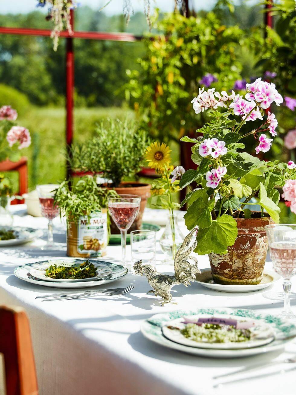 Bjud in till sommarfest i trädgården