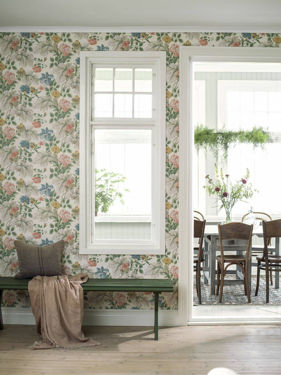 Nya romantiska trenden! Inred med blommande tyger och tapeter