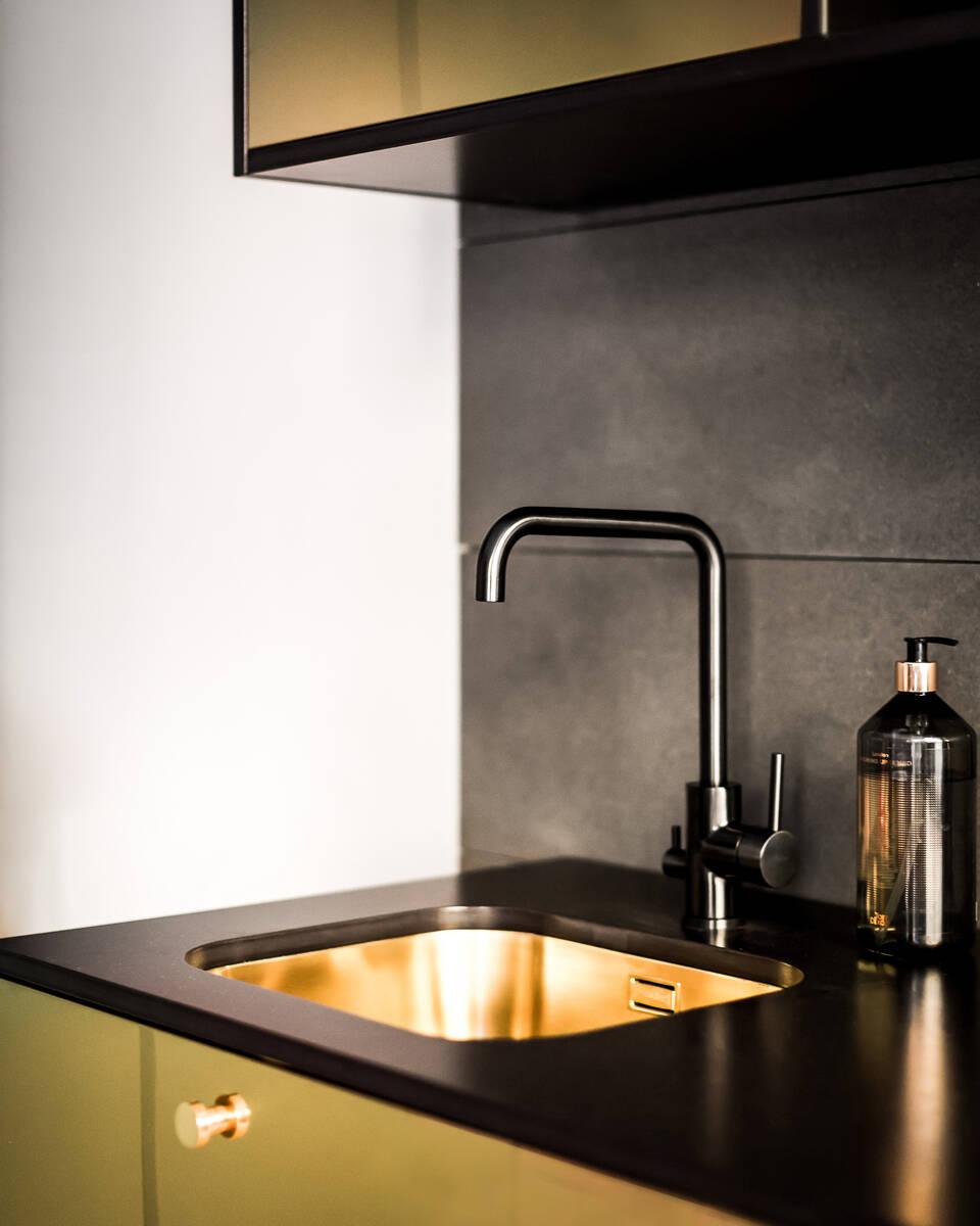 Nu kan du piffa till ditt Ikea-kök med luckor i guld