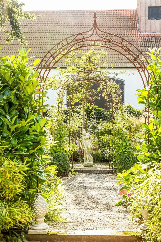 Kolla in den vackra trädgården som liknar en slottspark