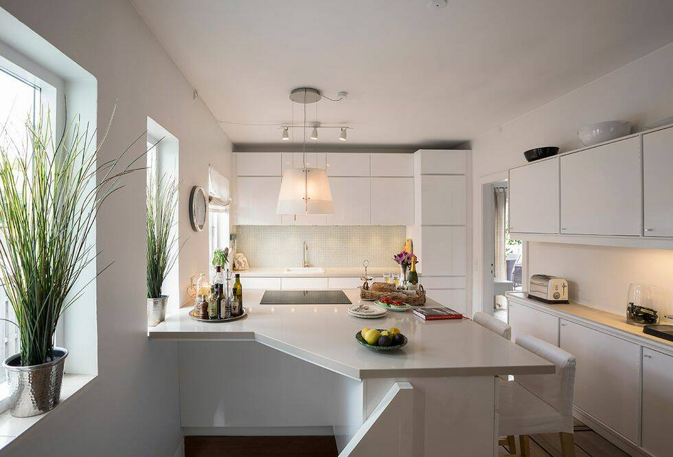 Inredarens eget hem är fyllt med kontraster och konst - så får du stilen