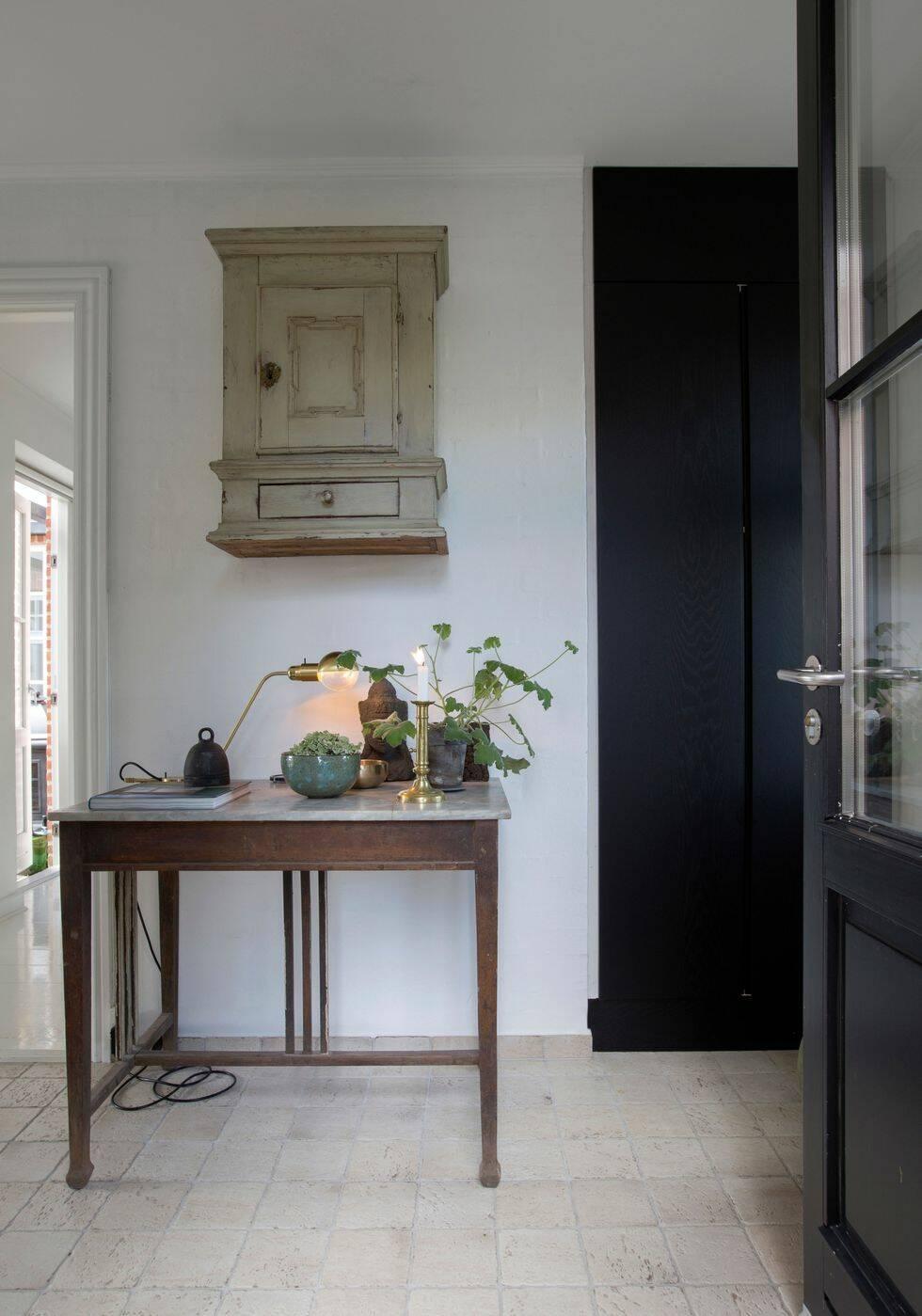 Ett hem med balans mellan gammalt och nytt - så lyckas du med stilen
