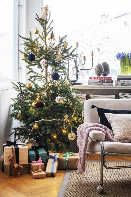 Här firas en nostalgisk jul med levande ljus, julblommor och hembakat
