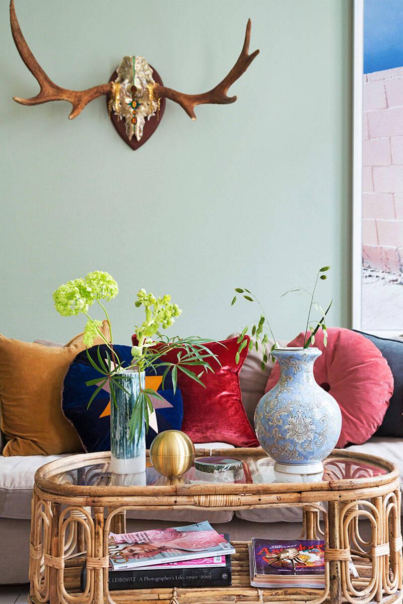 Färgstarkt och personligt hemma hos smyckesdesignern