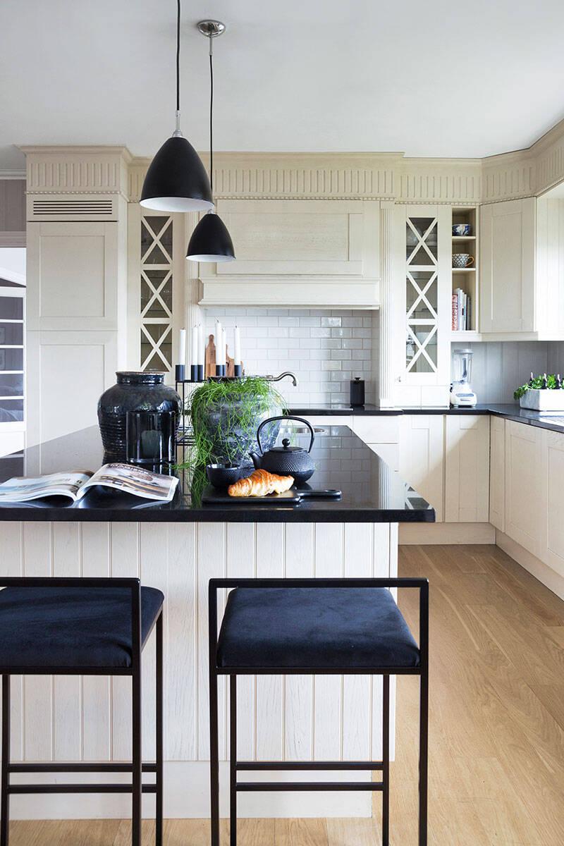 Mjuk gråskala och stilsäker elegans i huset med sjöutsikt