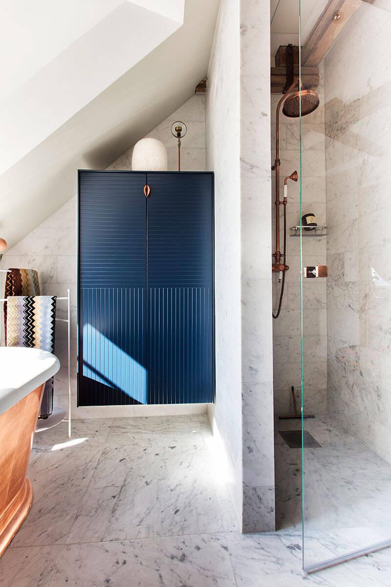 Badrumsinspiration: Skapa lyxkänsla med koppar, marmor och midnattsblått
