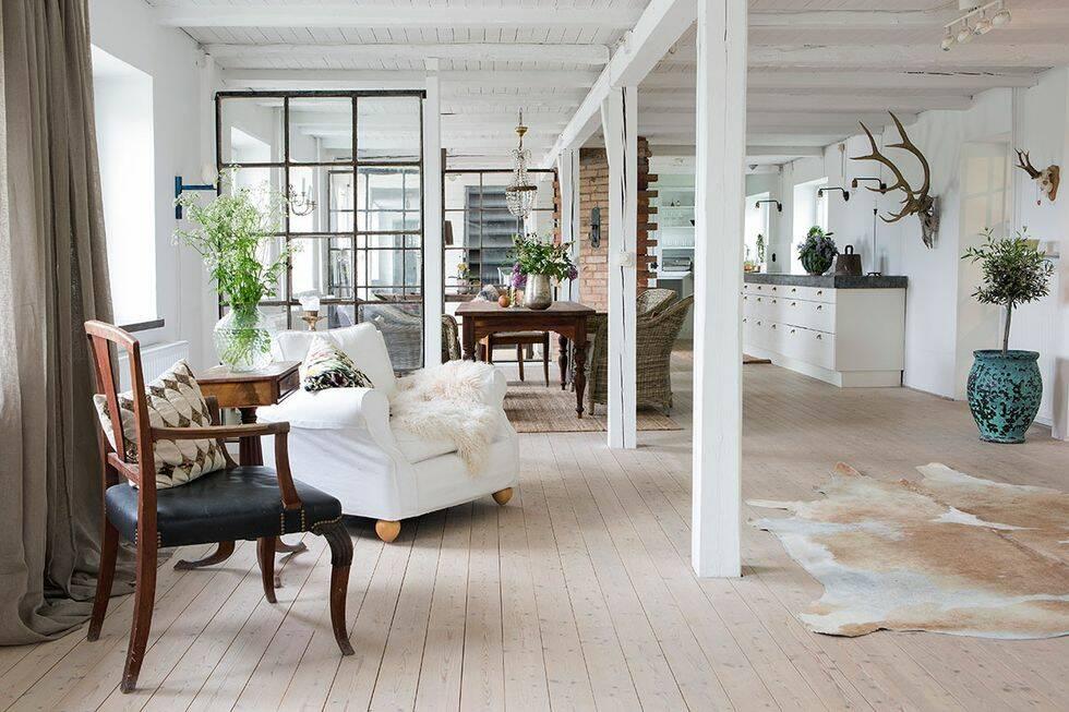 Rustika detaljer möter ljusa ytor hos konstnären i Skåne