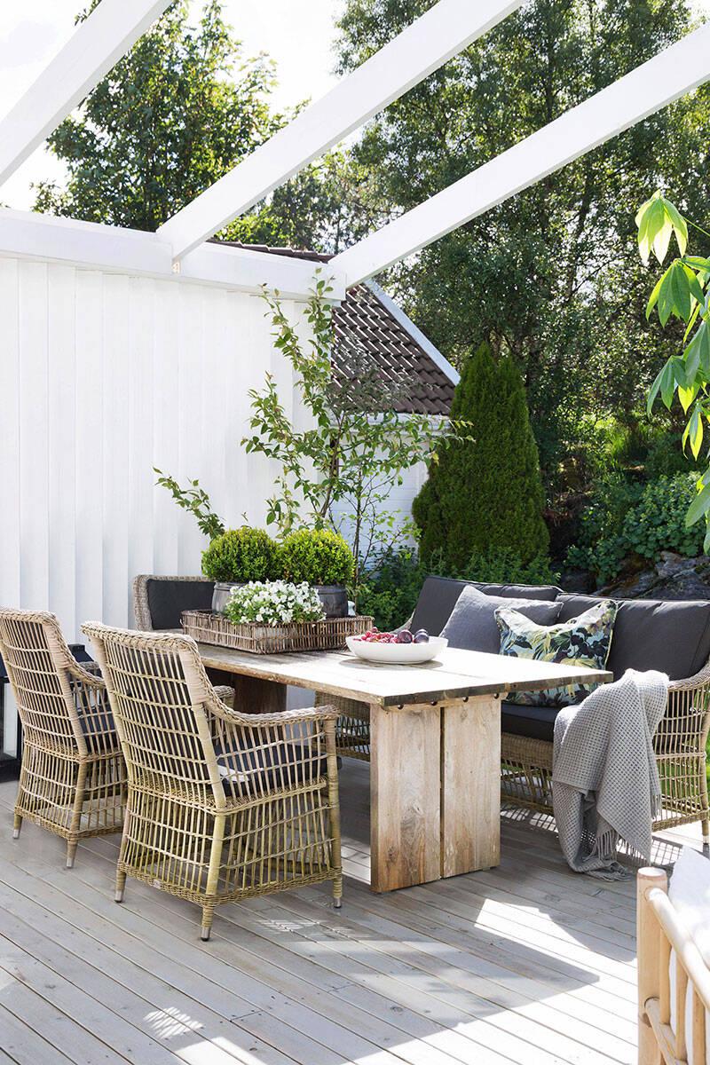 Vackert glastak och öppna ytor – så skapar du en uteplats för alla väder
