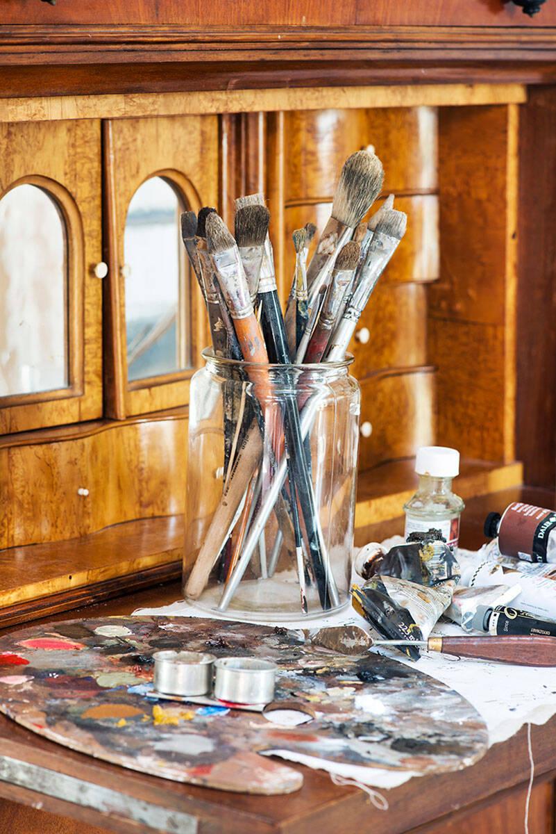 Lantlig inredning och franska influenser hos konstnären på Österlen