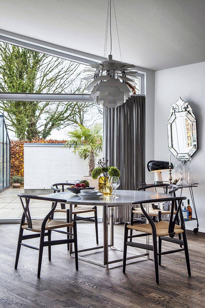 Designklassiker och naturmaterial i moderna villan utanför Århus