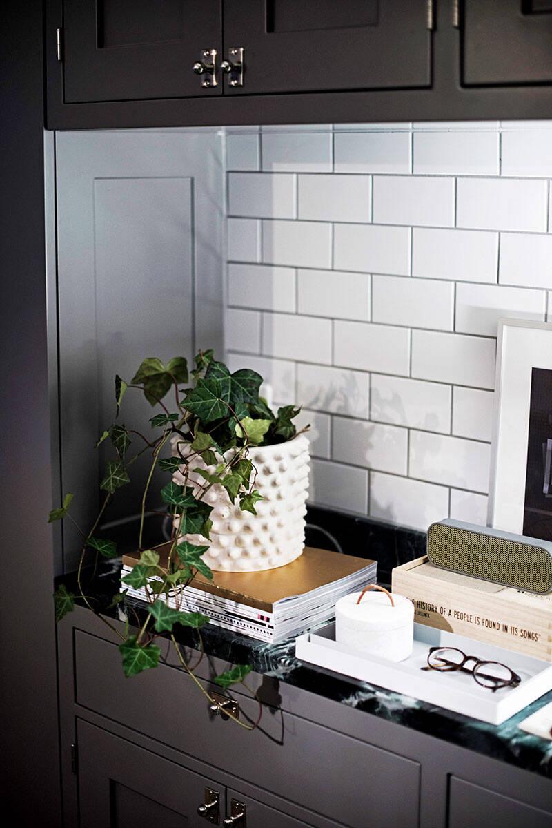 Stilfull inredning och platsbyggt drömkök – på 44 kvadrat