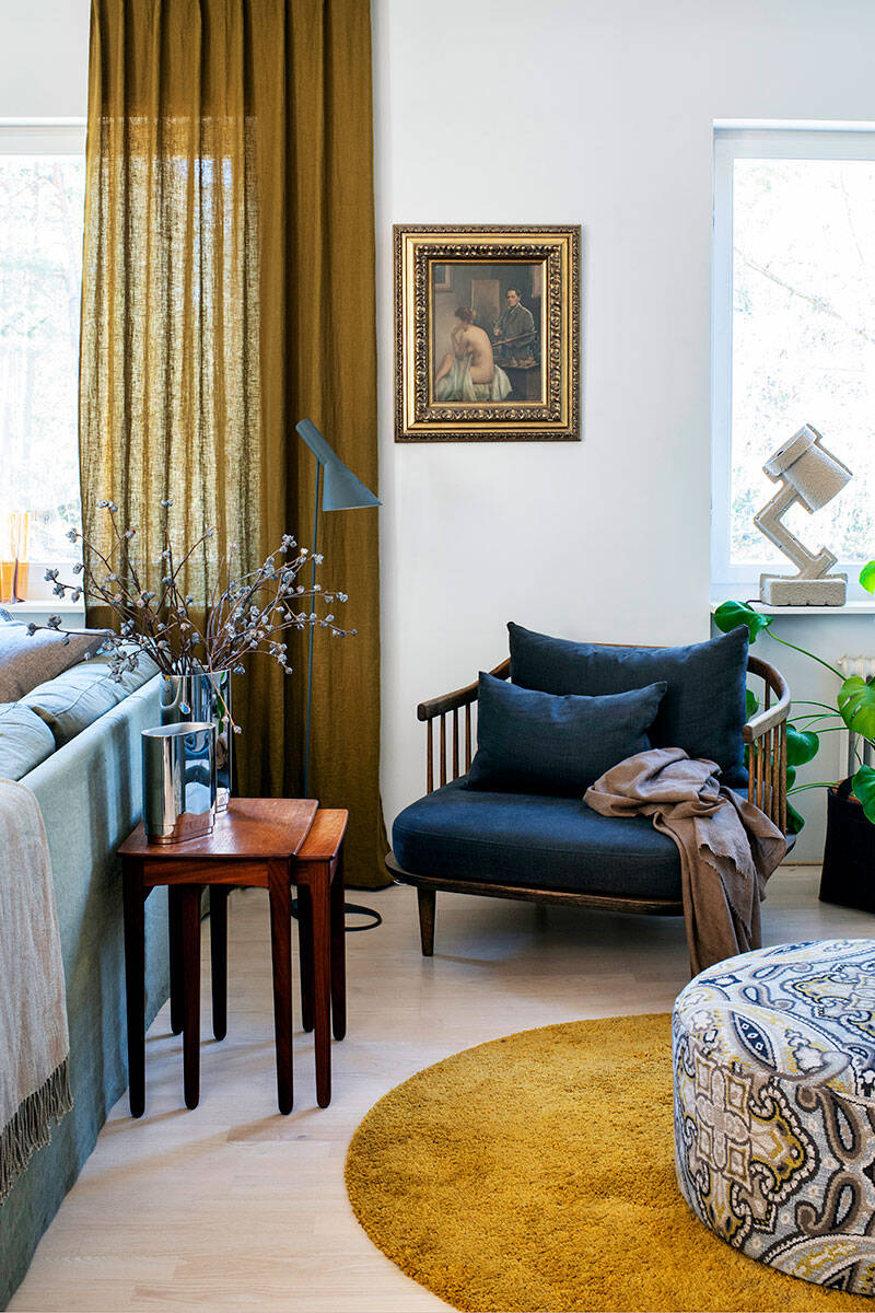 Vackra konstverk möter stilsäker inredning hemma hos designern – kika in