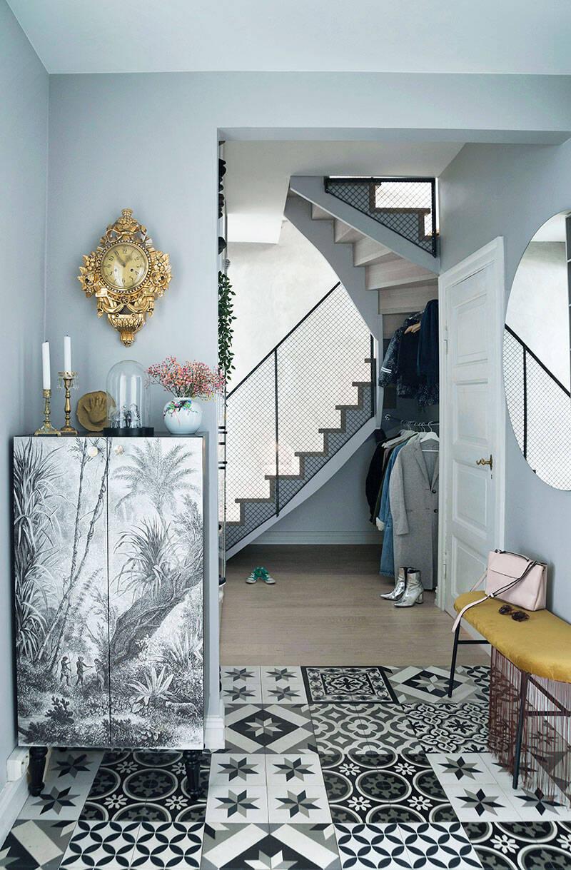 Stilsäkra kontraster i etagelägenheten