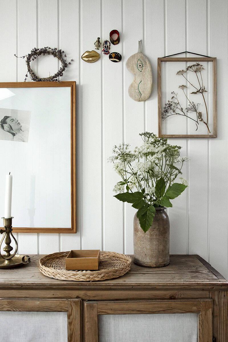 Lantlig pärla med magiskt växthus, ljusa trägolv och blomstrande perenner