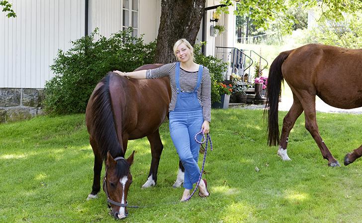 Hemma hos Stine betar hästarna i trädgården