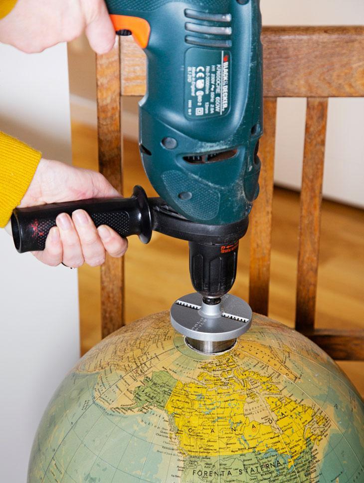 Gör en taklampa av en jordglob