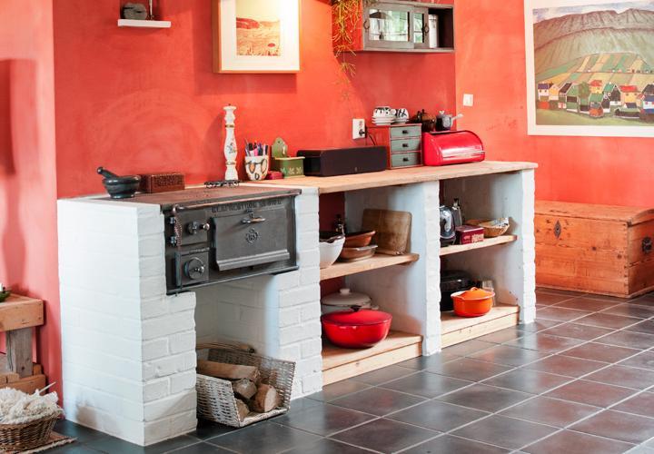 Mura en bänk med plats för vedspis