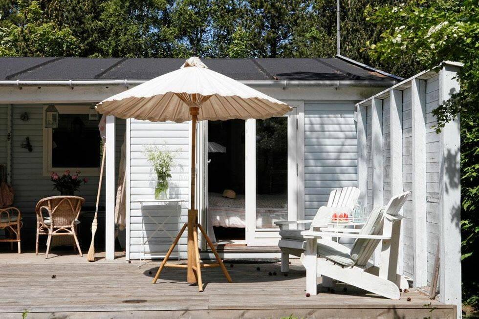 Underbart litet strandhus för lata dagar – här får ogräset växa!