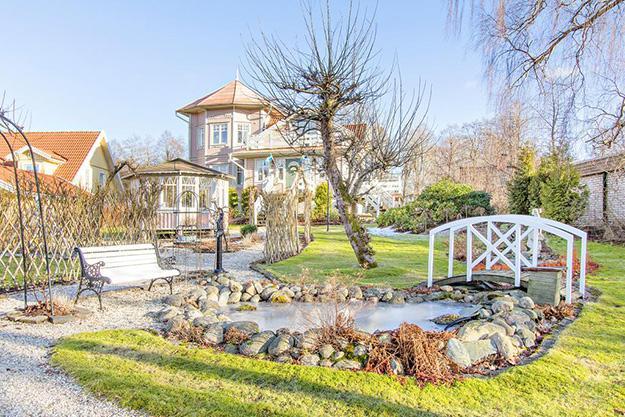 Den här villan med eget lusthus andas romantik
