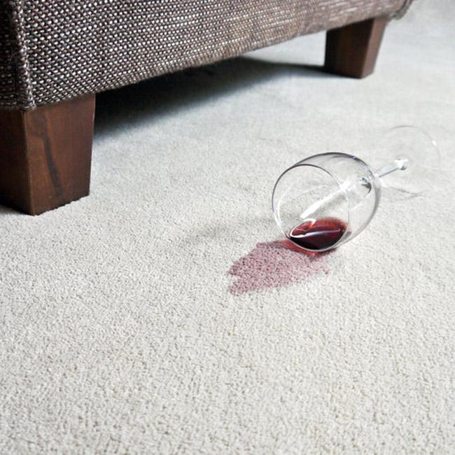Så enkelt trollar du bort rödvinsfläcken från den vita mattan