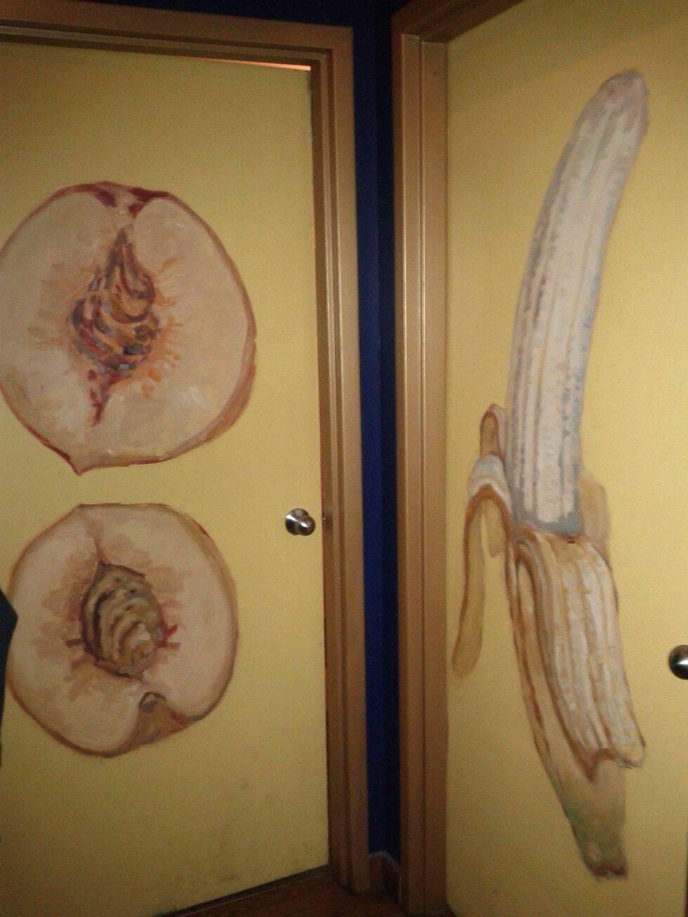 13 fräcka skyltar som gör badrumsdörren lite roligare