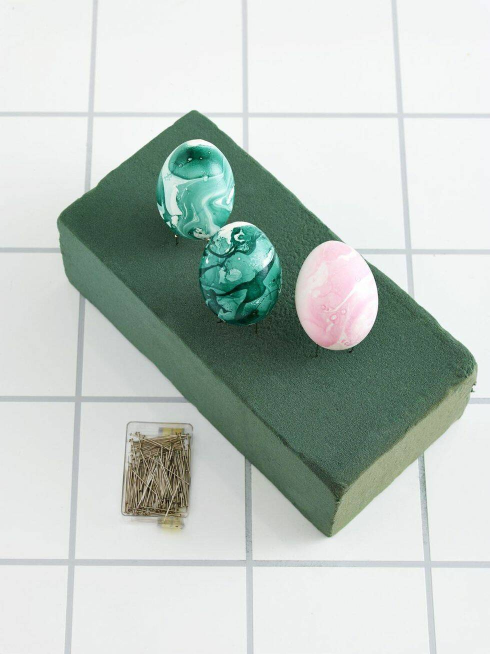 Färga ägg med nagellack – 4 enkla steg