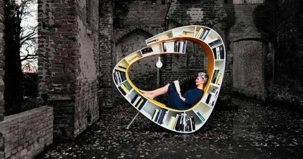 Den här kombinerade stolen och bokhyllan är drömmen för alla läslusar