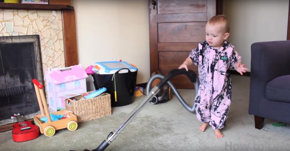Här är det ultimata städ-hacket – få din bebis att städa hemmet
