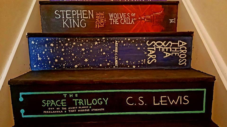 Finaste DIY-tipset: Hon förvandlar trappan till en hyllning till sina favoritböcker