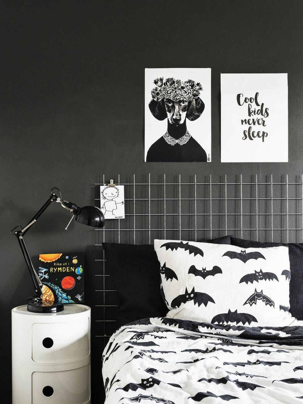 Så här snyggt blir det med svart, vitt och grått mot vilsamt gröna väggar