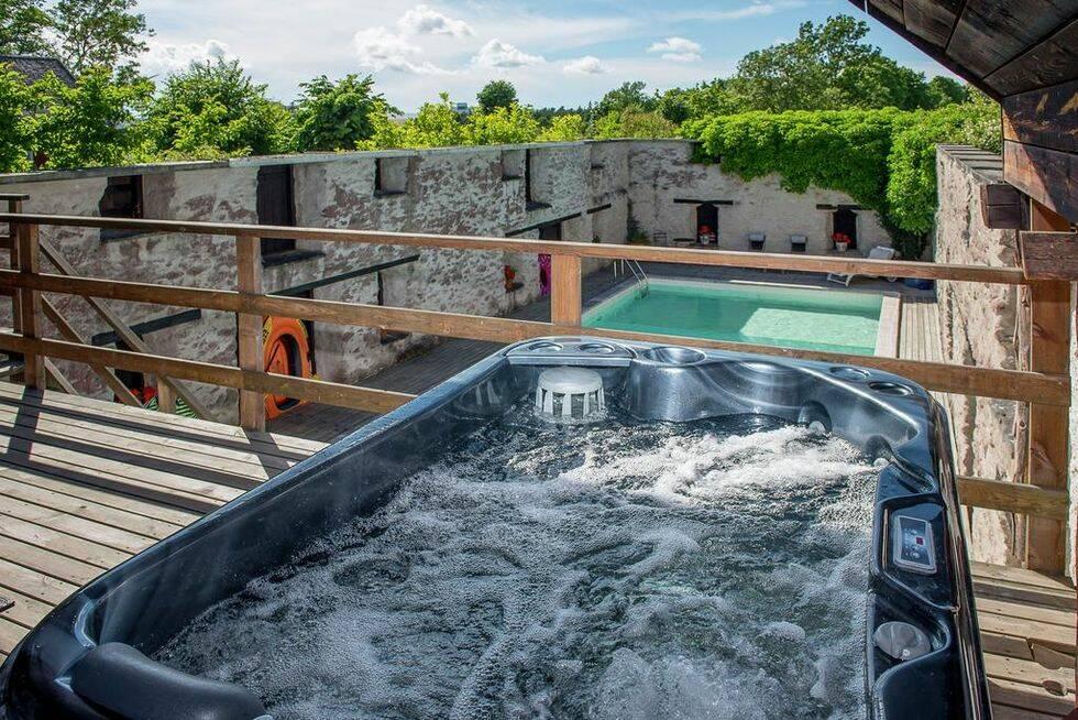 Bilder: Svenska Hollywoodstjärnans gård på Gotland är ett riktigt drömboende