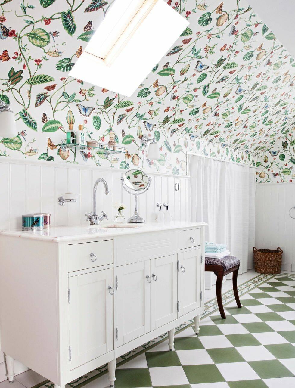 En glad start på dagen får man garanterat i det här blommiga badrummet