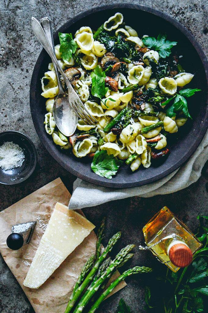 pastarätt med svamp, sparris och parmesan